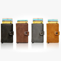 Card holder in leather with a button that automatically postpones the cards